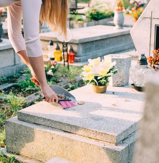 nettoyer une pierre tombale, les bons gestes